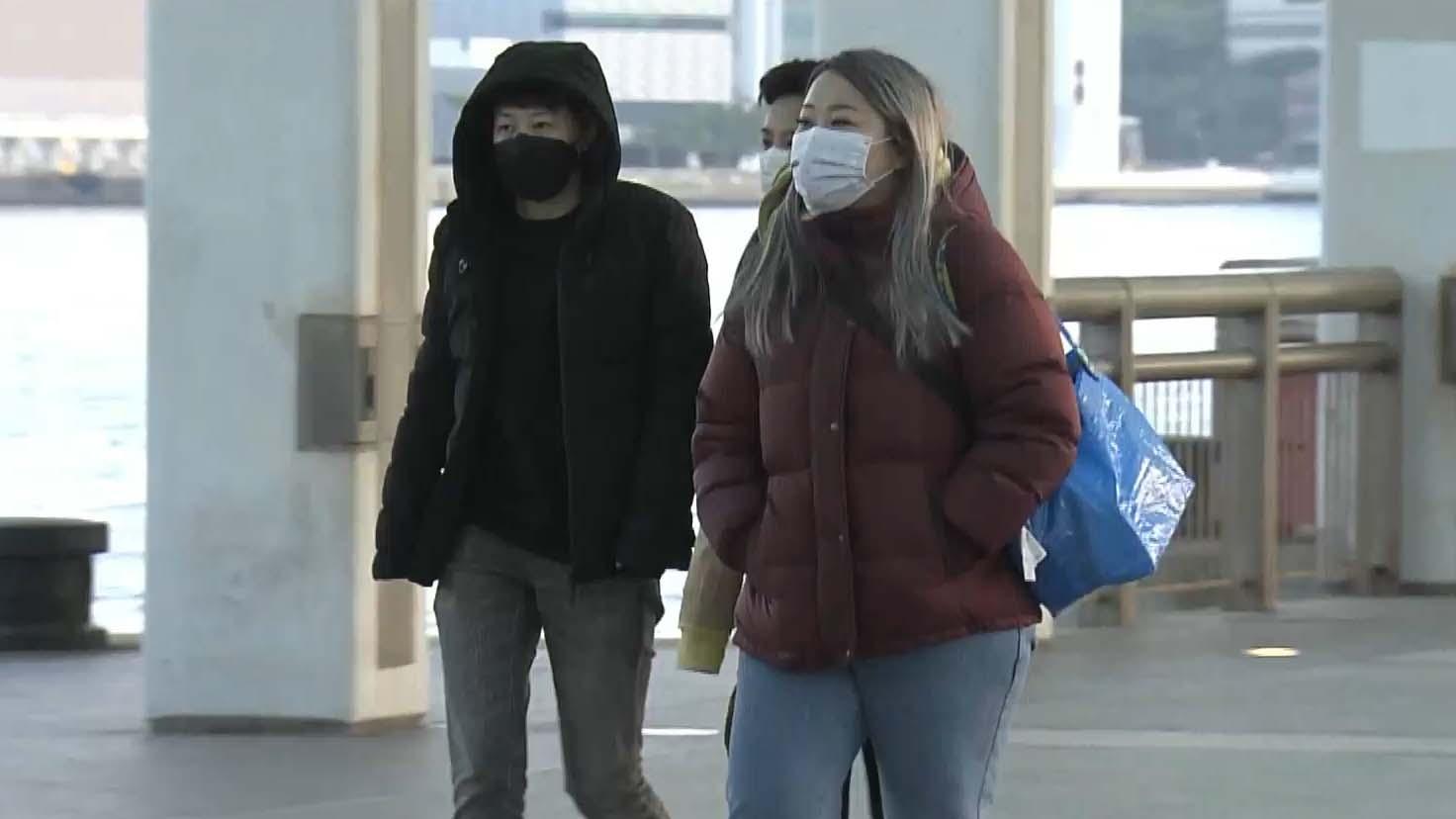 市區清晨氣溫寒冷 市民外出添衣禦寒