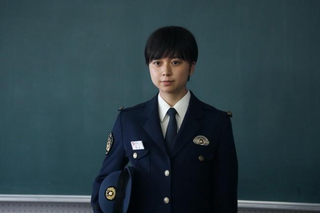上白石萌歌飾演學警