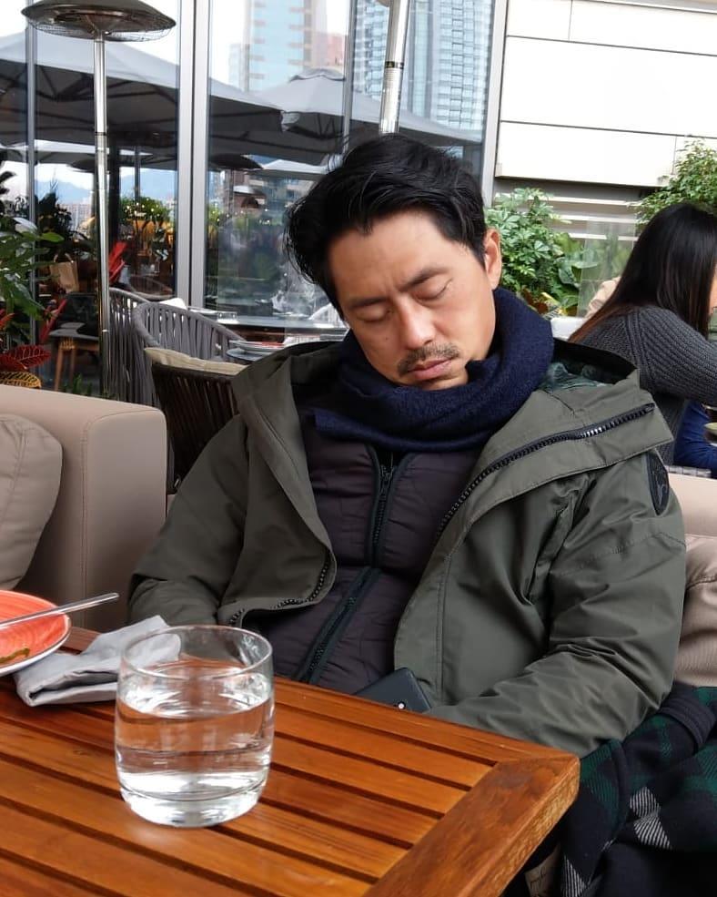 森美食飯攰到瞓著 網民:係咪畀發熱背心電暈咗?