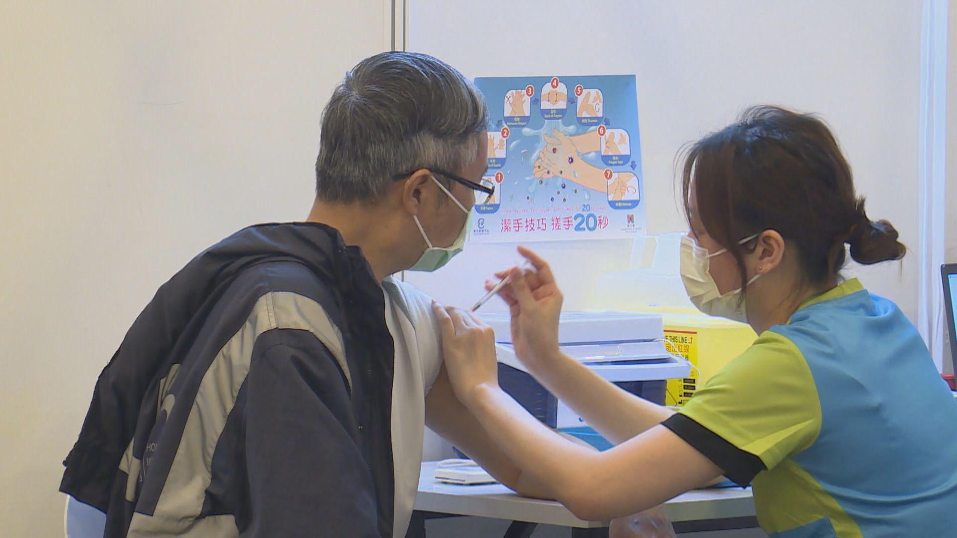 【即日焦點】專家:接種復必泰第二針身體反應較大 56歲以上近四成頭痛;12港人案8人返港續扣押 大部分家屬未獲安排會面