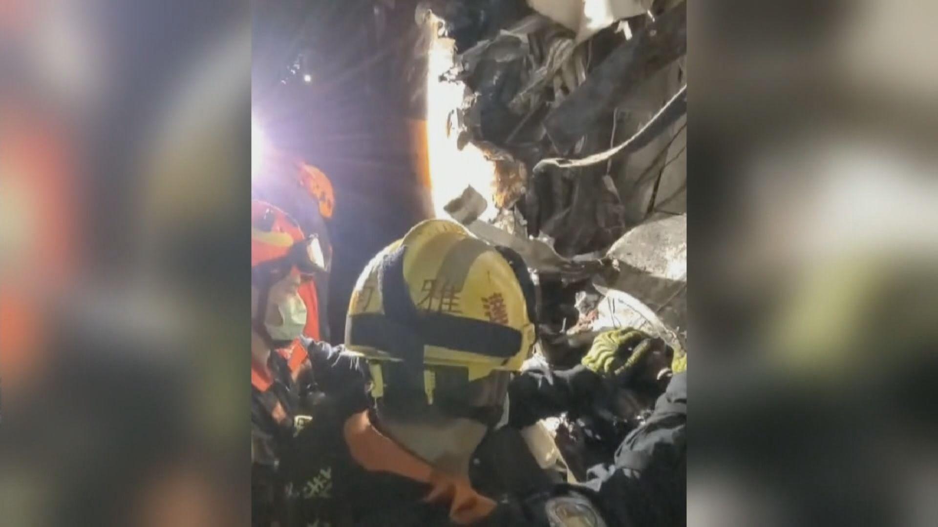 台鐵出軌事故至少51死 當局再在車廂內發現人體殘肢