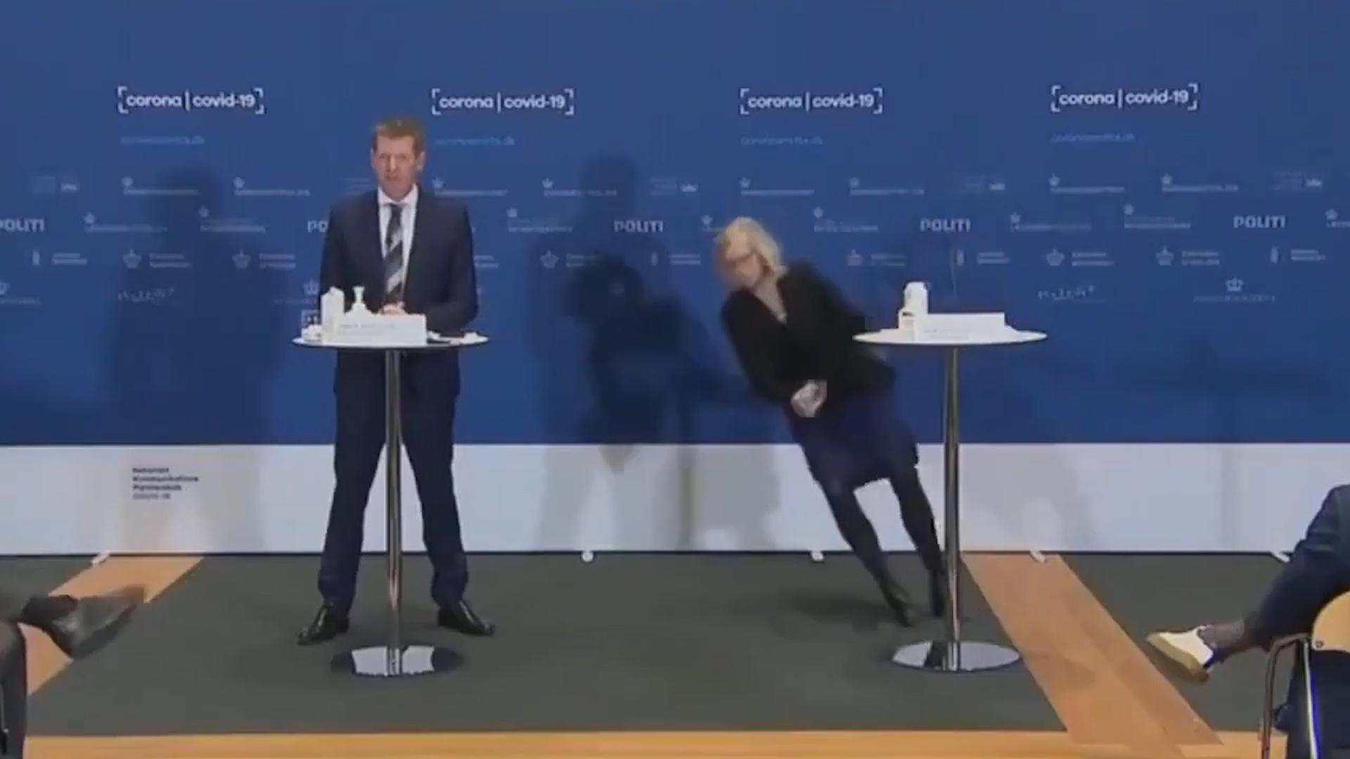 【有片】丹麥停用阿斯利康疫苗 女官員記者會上突90度倒地