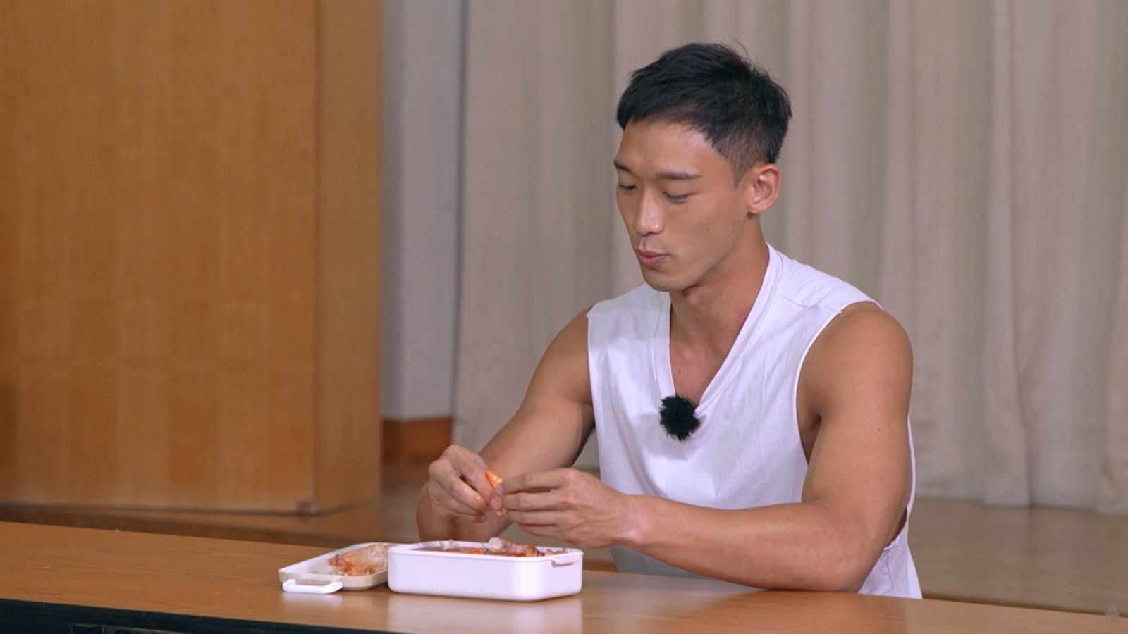 Kenji竟然表演「剝蝦」