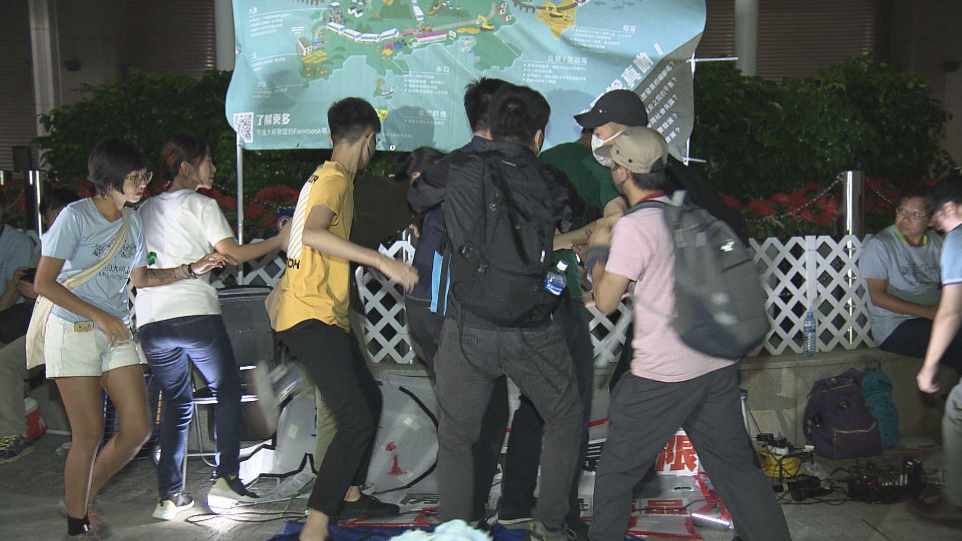 青年反對填海論壇衝上台承認非法集結判社會服務令