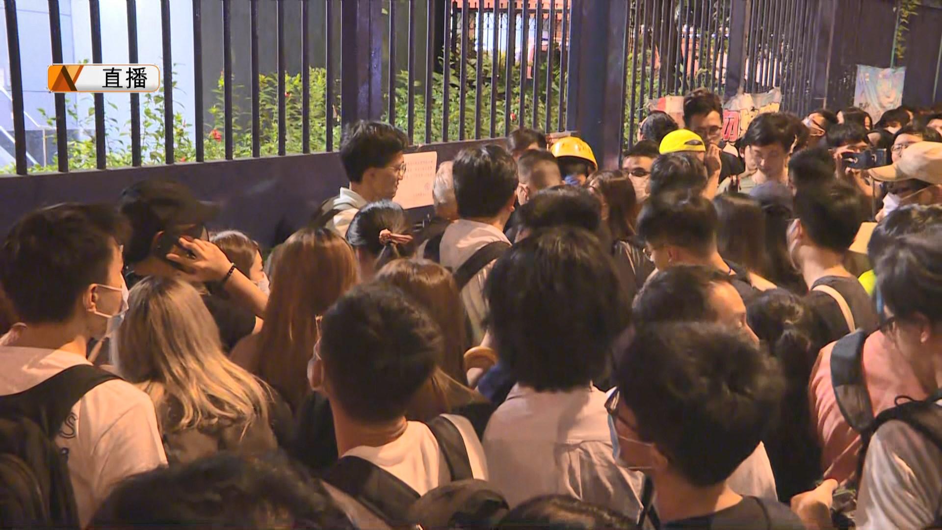 【現場報道】數百人到葵涌警署聲援被捕人士 葵涌道往沙田三線全封
