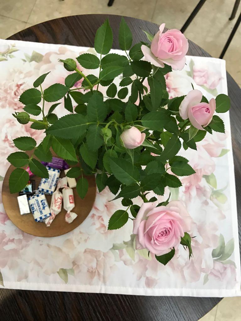 大廳擺滿婆婆生前喜愛的粉紅色玫瑰花。(受訪者提供)