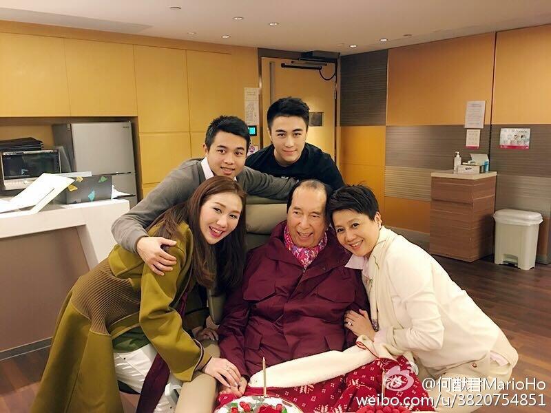 現年22歲的何猷君(上排左三)是賭王何鴻燊及四房太太梁安琪兒子。(微博圖片)
