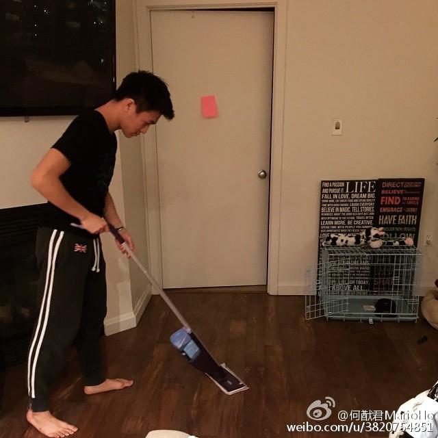 雖然猷君貴為賭王兒子,但去年於外國讀書期間都會自己做家務。(微博圖片)