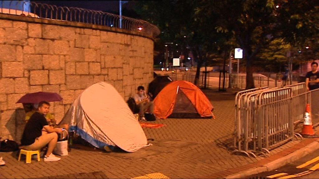 市民排隊領取遼寧號參觀券 有人紮營輪候