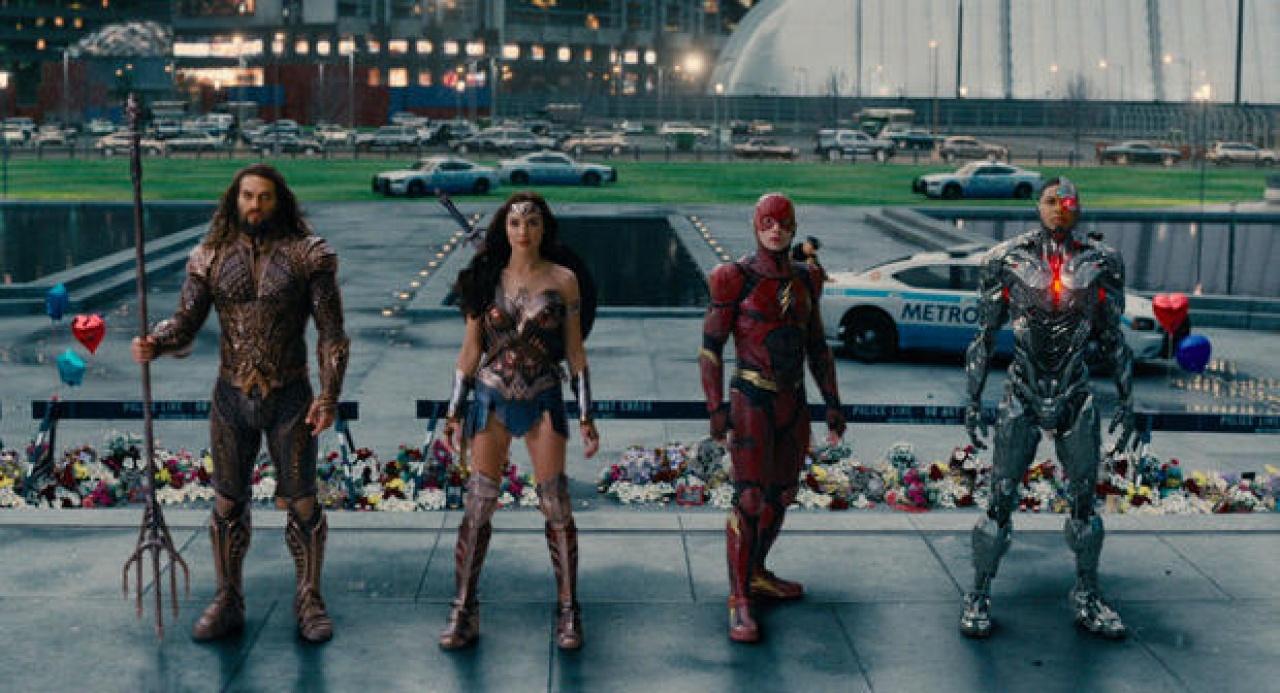 《正義聯盟》與《雷神奇俠3 諸神黃昏》的陣容對決,其實後者是半支復仇者聯盟的級數都不及,但就是有份魅力。