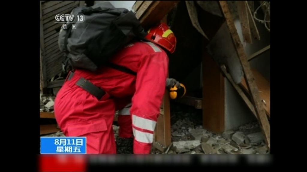 九寨溝地震 救援隊徒步到景區搜救