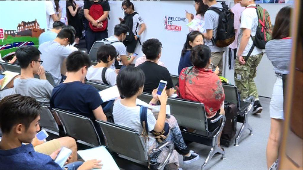 留英學生未獲批簽證 家長指政府太遲介入