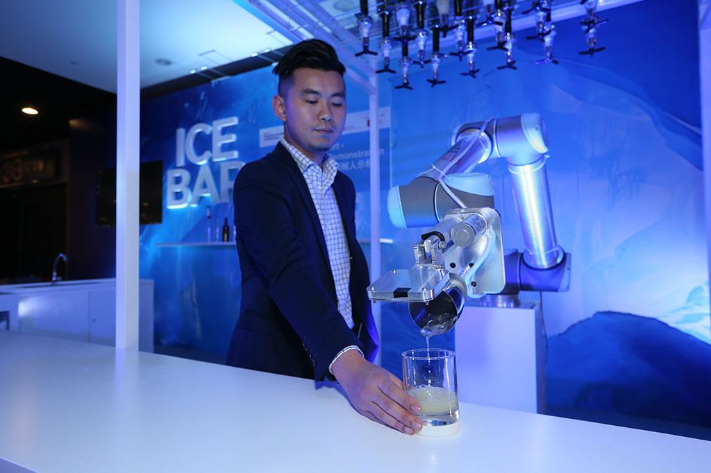 調酒機械人於展場內的冰窖(Ice Bar)為參觀人士示範調酒。
