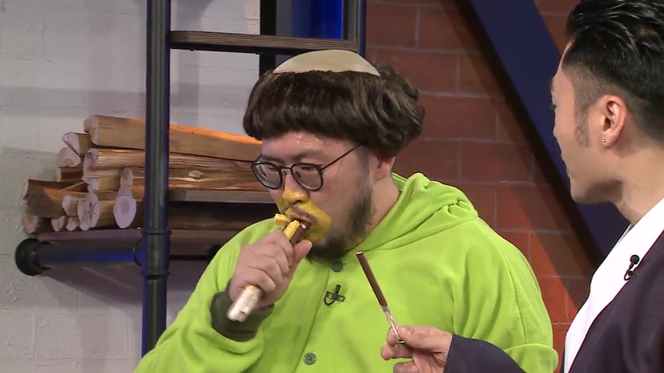 劉翁比貽興快的速度吃完枱上的餅乾條