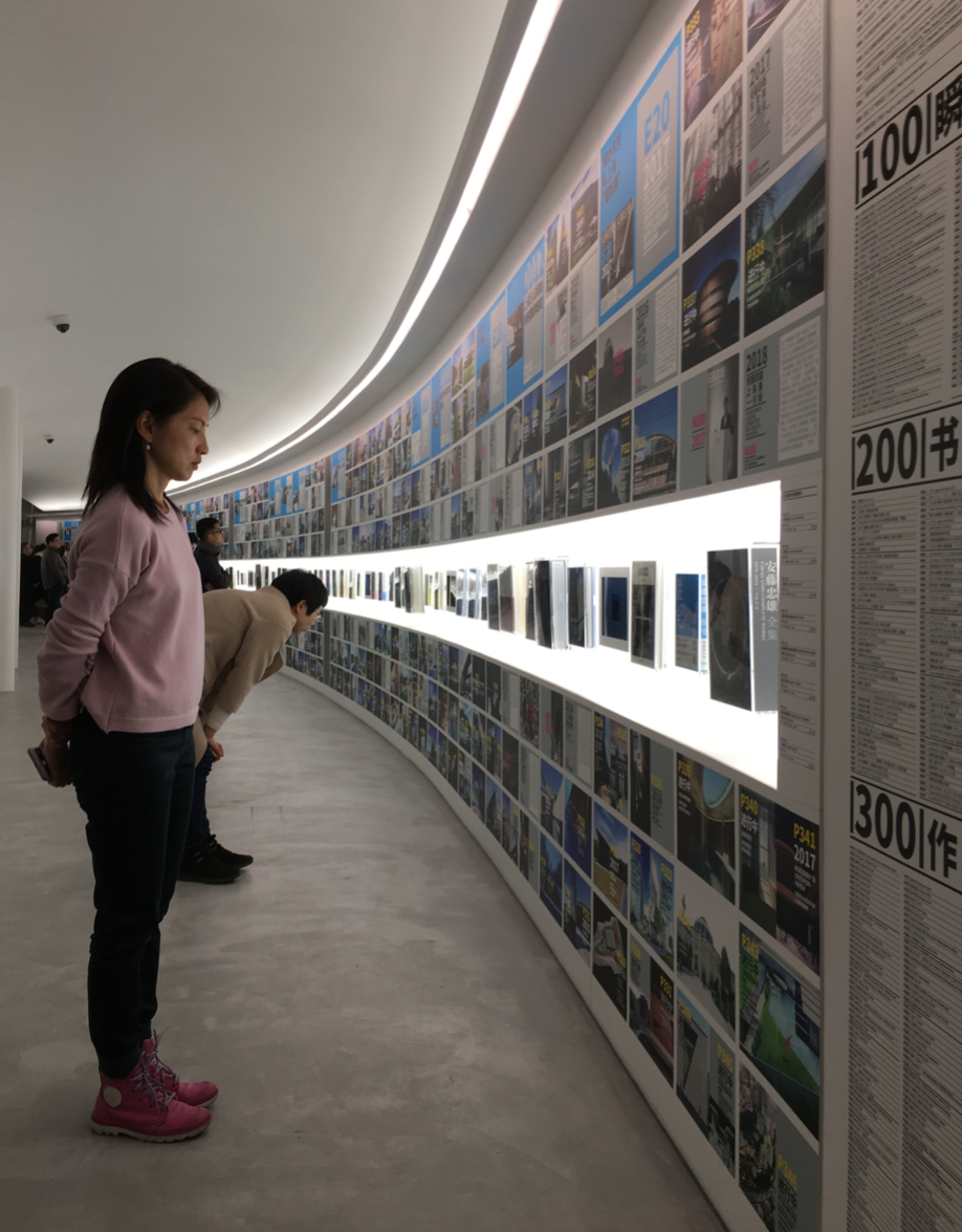 「安藤忠雄展-引領」展覽,牆上的資料介紹他一生的重要里程。