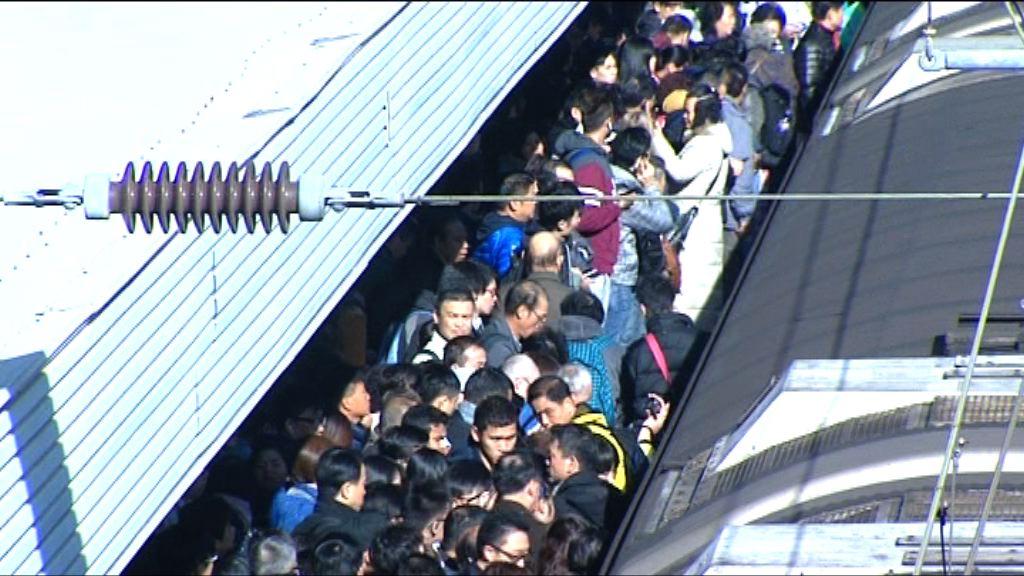 東鐵綫故障全綫暫停 大批乘客滯留月台