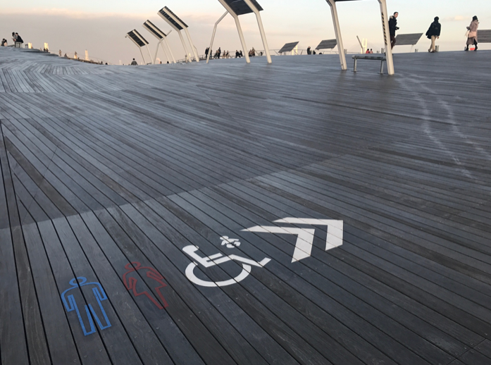 碼頭頂層全用戶外木板興建,通道都是無障礙