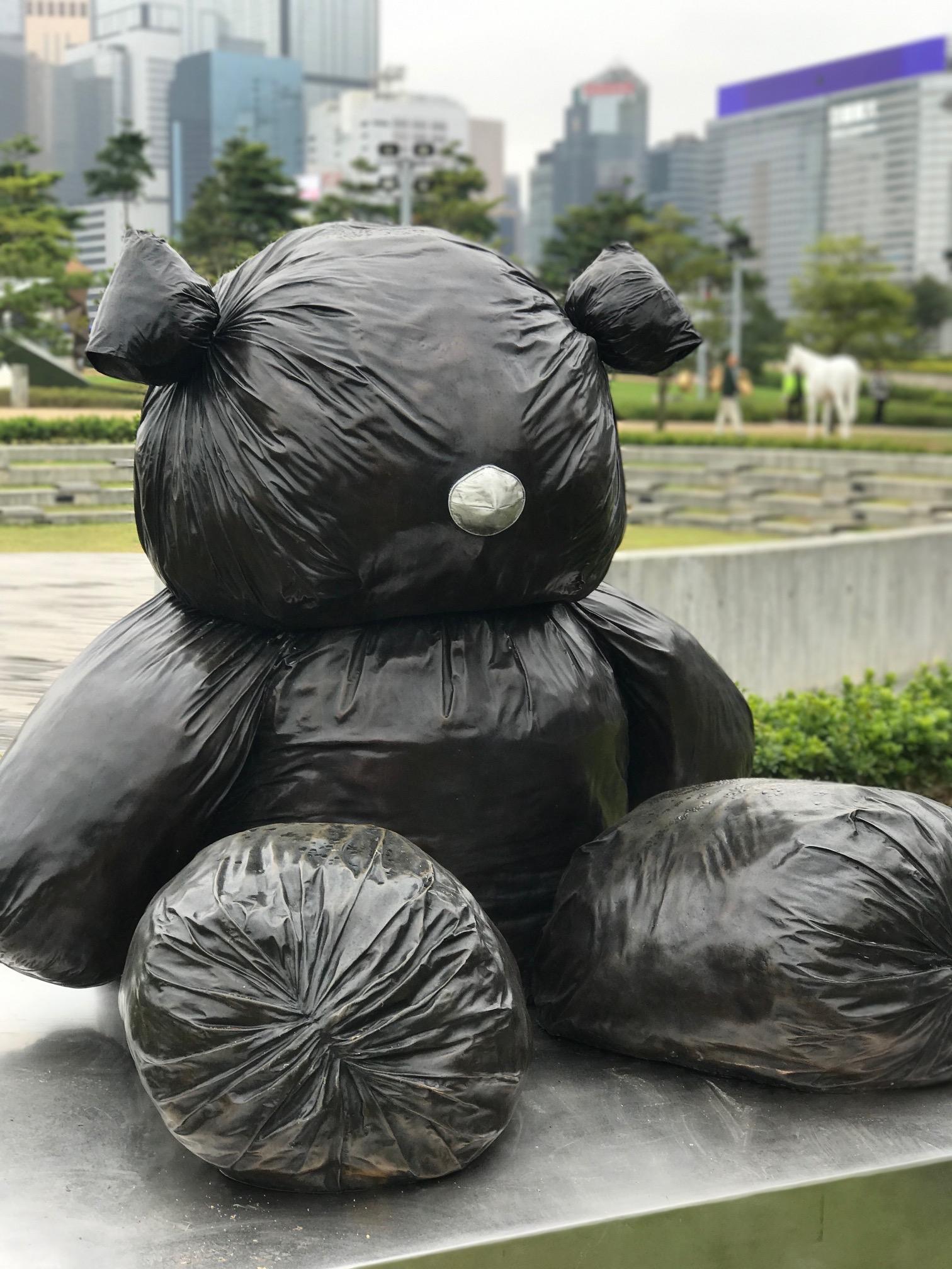 韓國藝術家金泓鍚作品《像熊一樣的形狀》,由銅製成