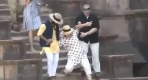 【好尷尬】希拉里印度參觀宮殿兩度跣腳幾乎...