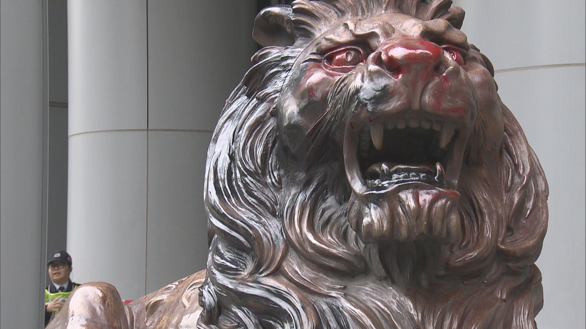 【滙豐被裝修】銅獅子仍見紅油及損毁痕跡 清潔工人清理