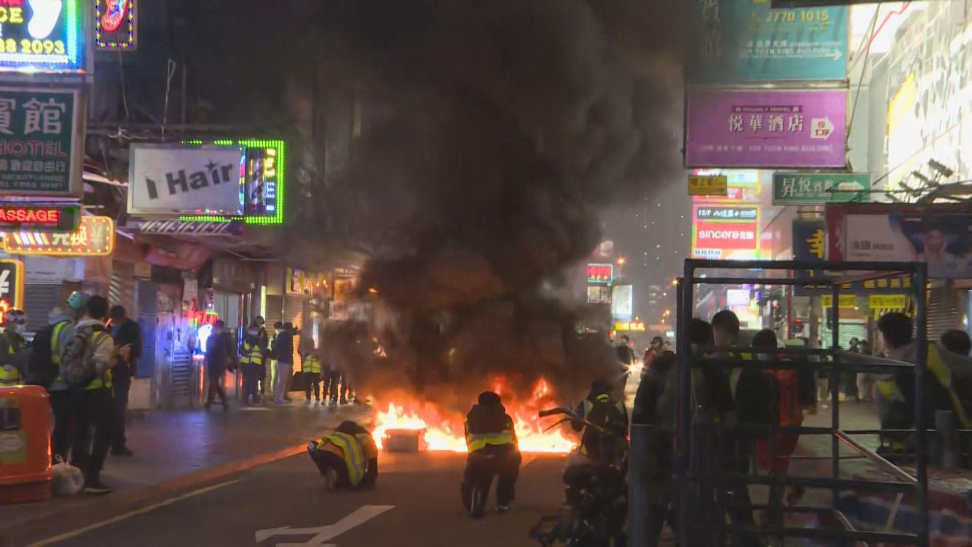 山東街有雜物堵路及起火 防暴到場截查多人