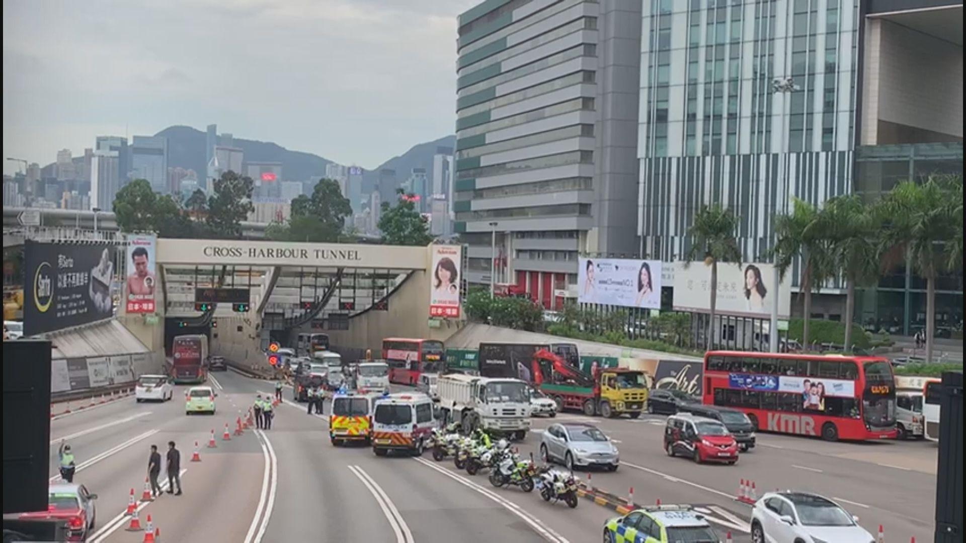 警方於三條過海隧道設路障搜查往港島車輛