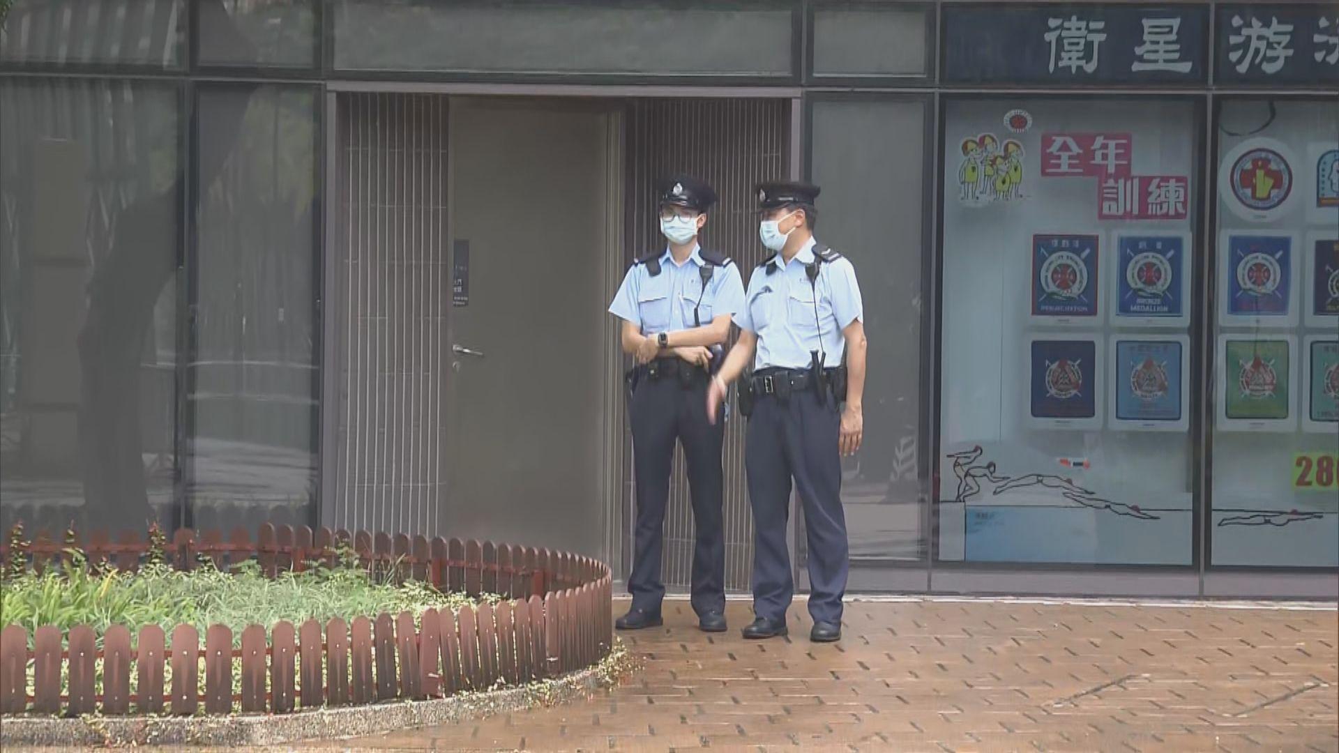 軍裝警員在維園泳池外戒備 有穿黑衣市民在球場徘徊