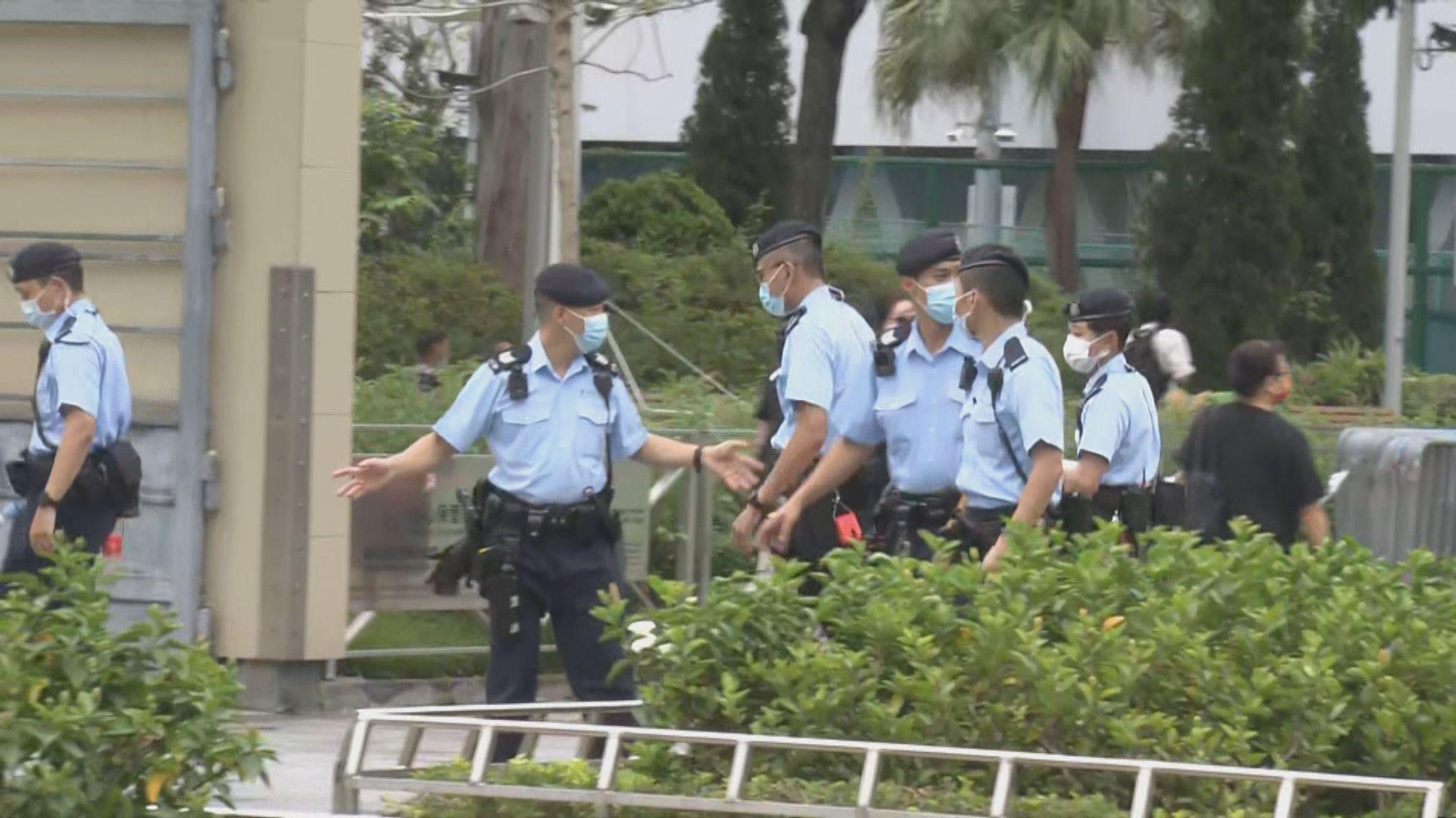 警方引《公安條例》封鎖維園 園外截查黑衣市民