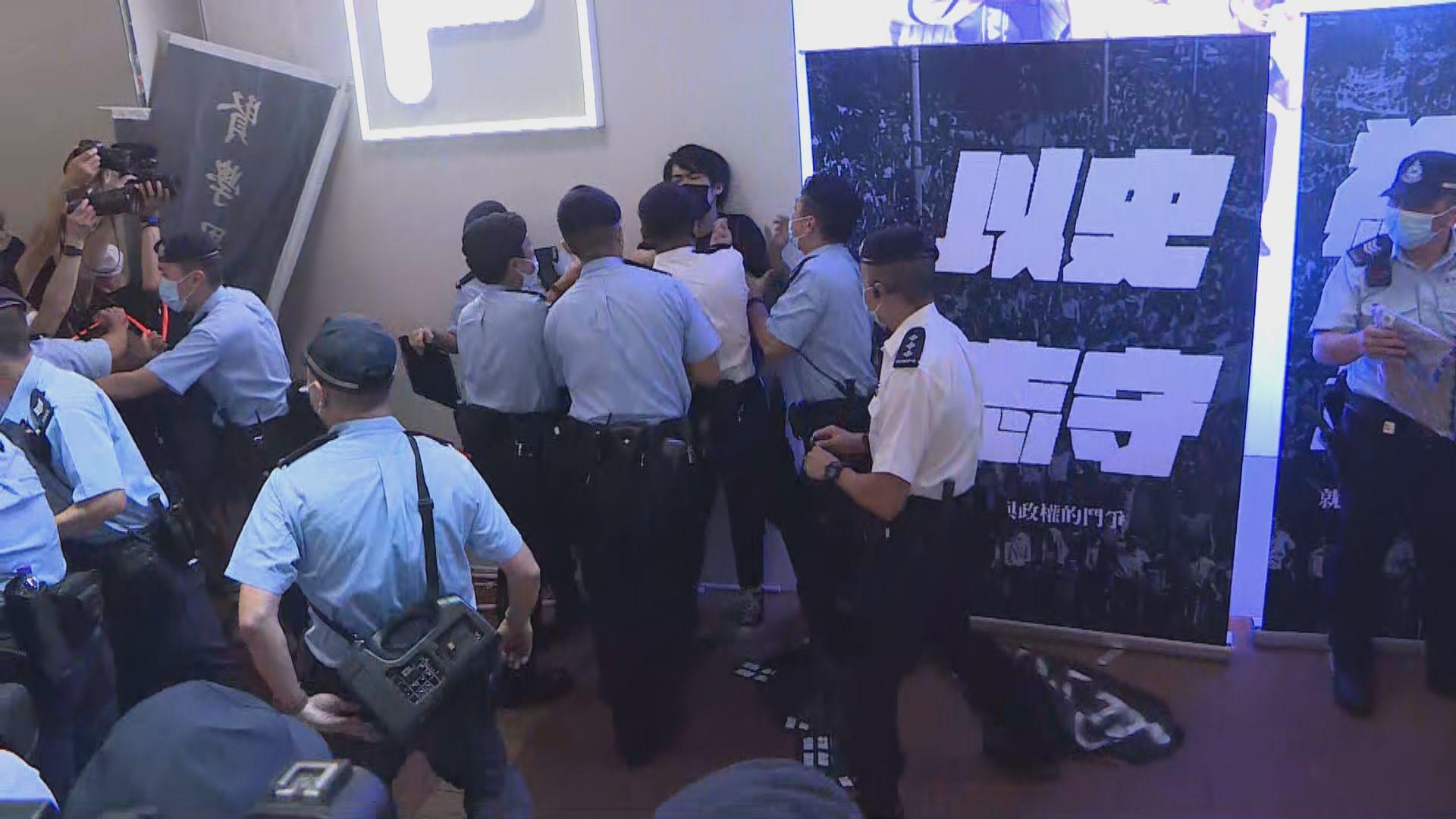 警方晚上於多處佈防 在旺角拘捕一賢學思政成員