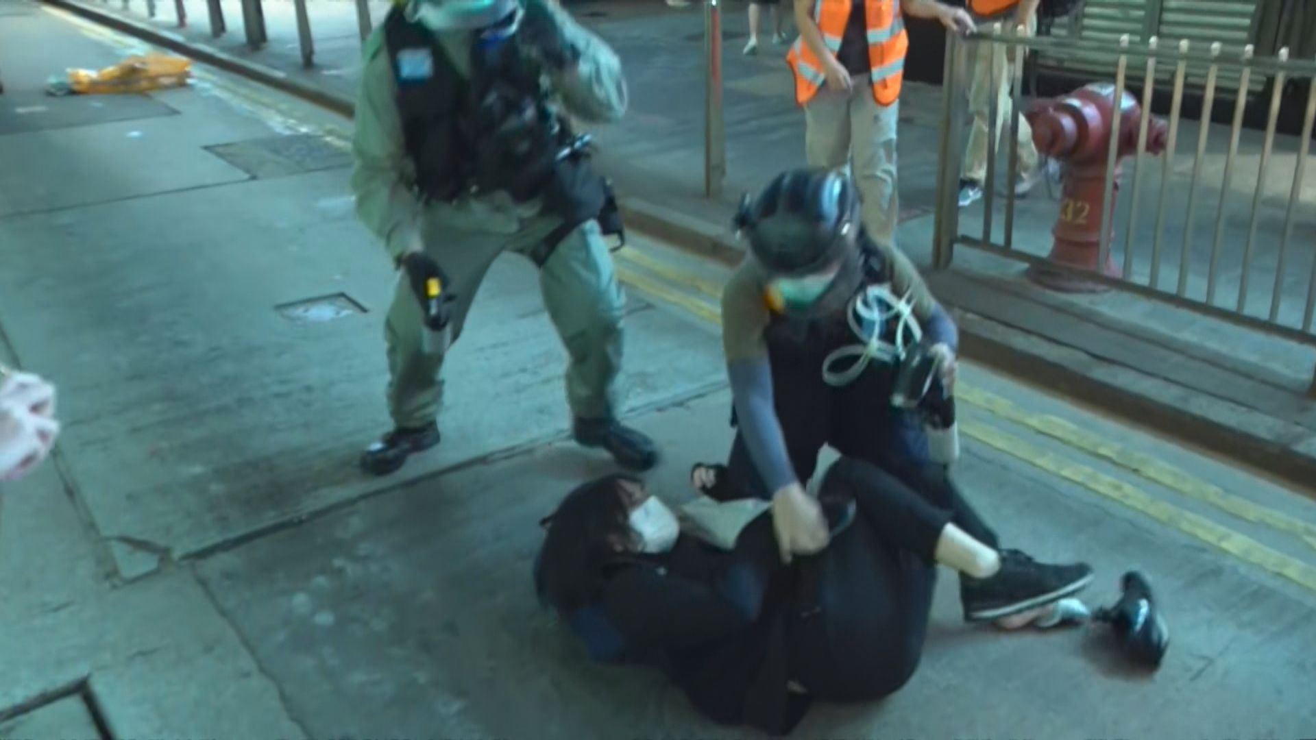 【反修例一周年】有人走出德輔道中 警員驅散示威者