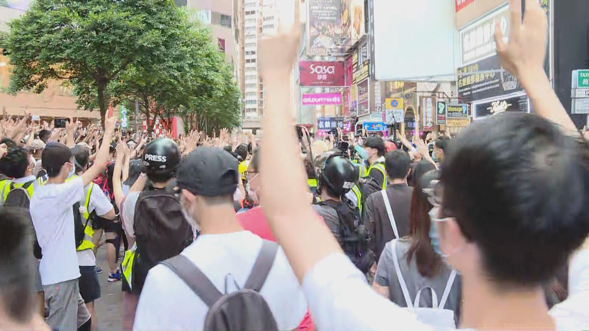 時代廣場外大批人聚集 警到場驅散