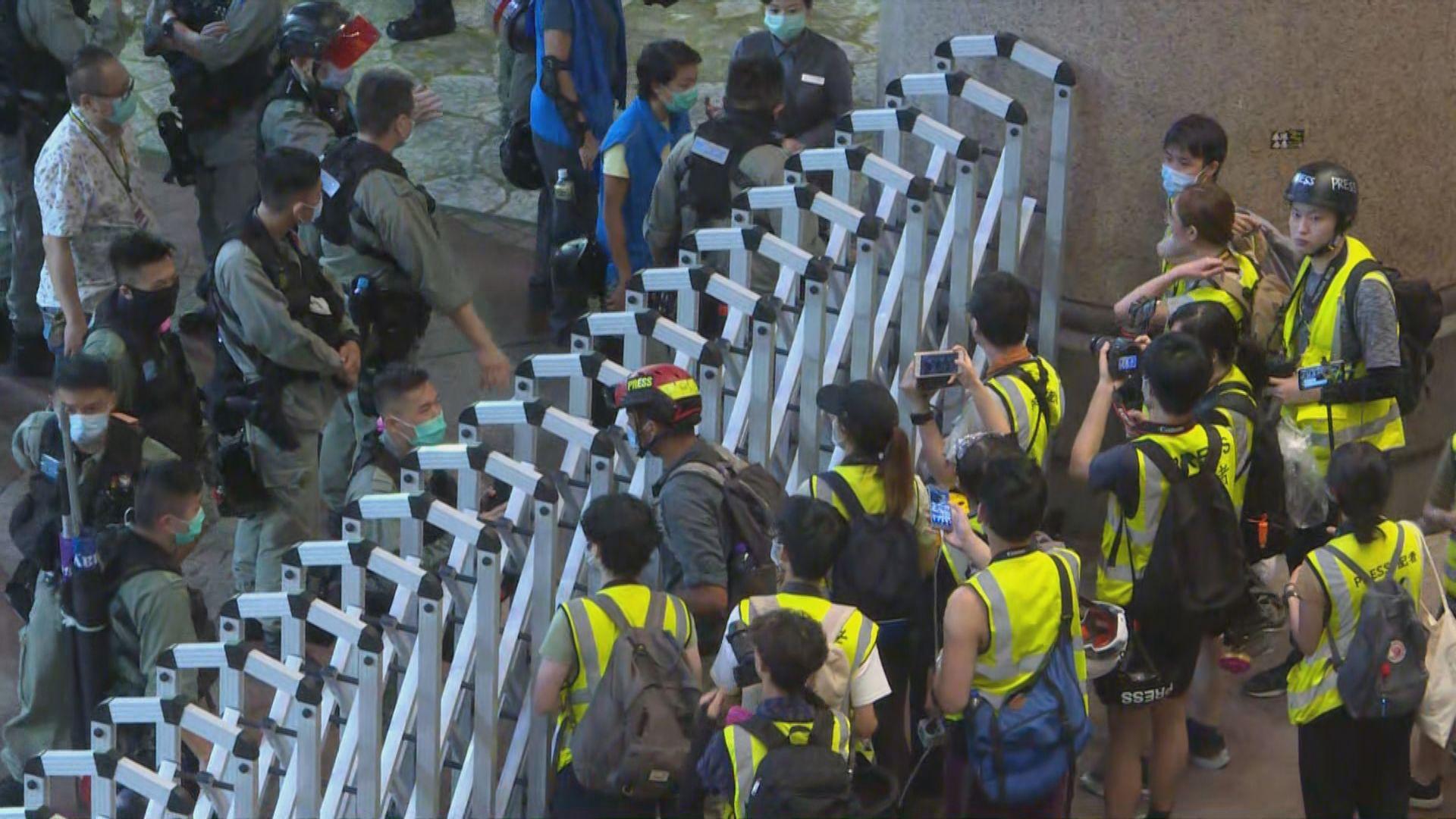 警方在時代廣場內拘捕多人 一度拉上電閘不讓記者離開
