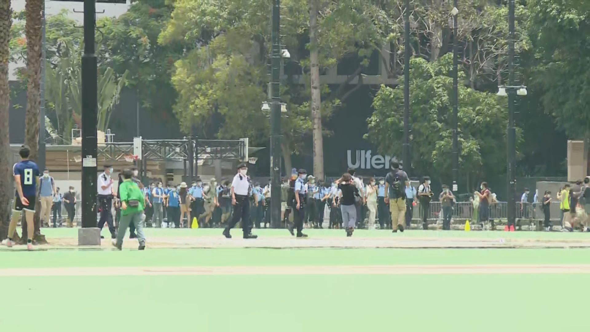 警方中午封閉維園足球場及籃球場