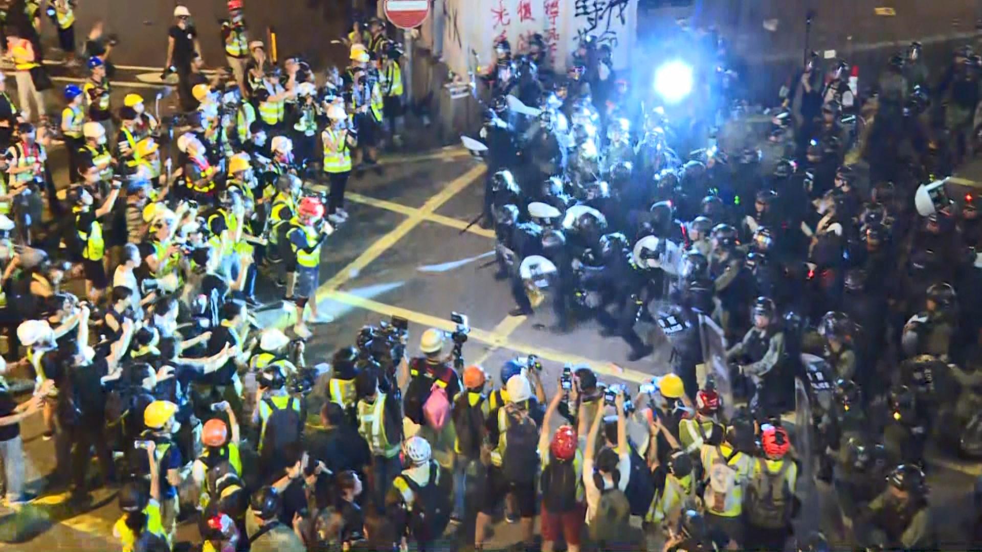 示威者中聯辦外聚集塗污國徽 防暴警清場