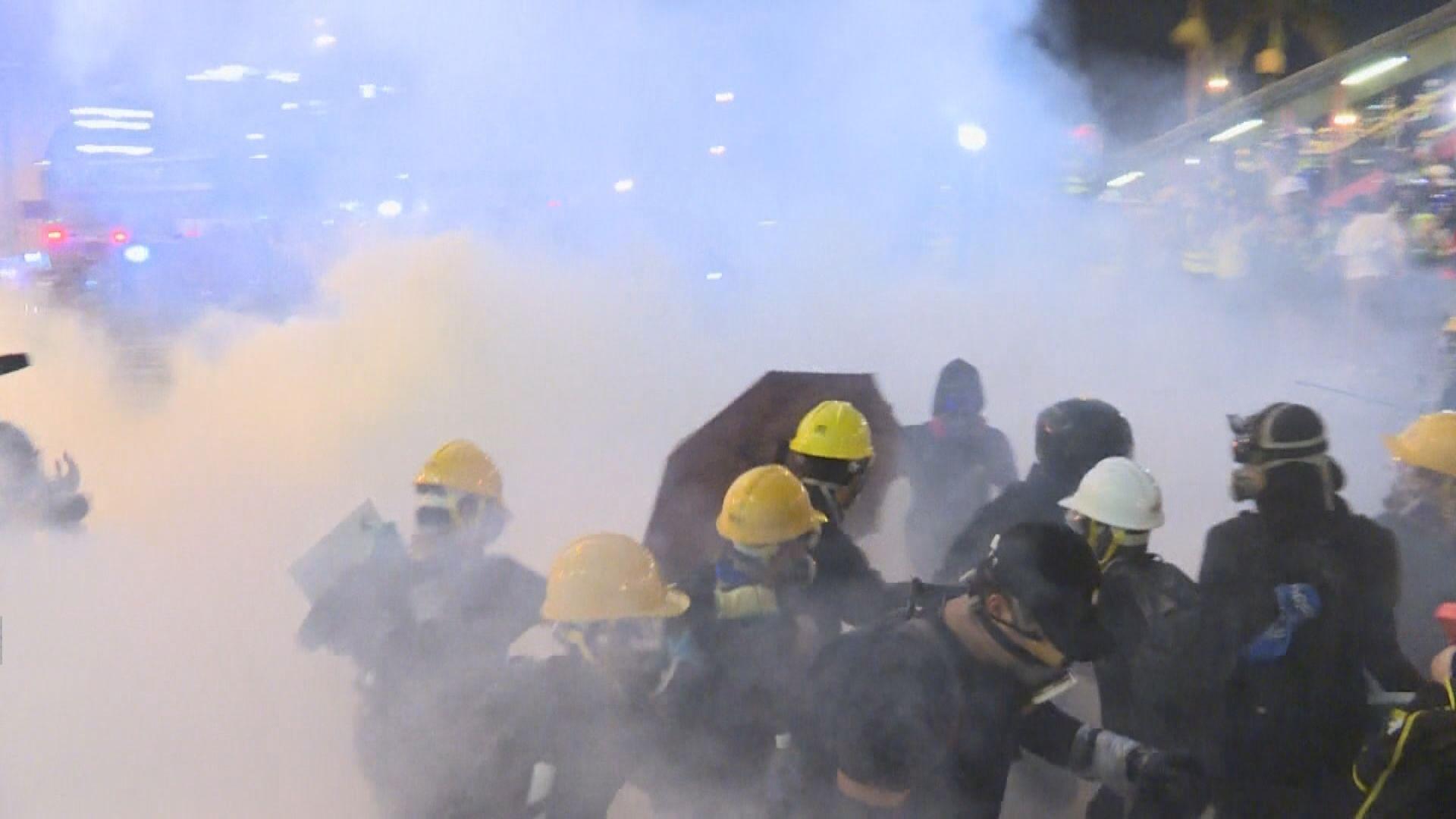 上環有示威者放火焚燒雜物