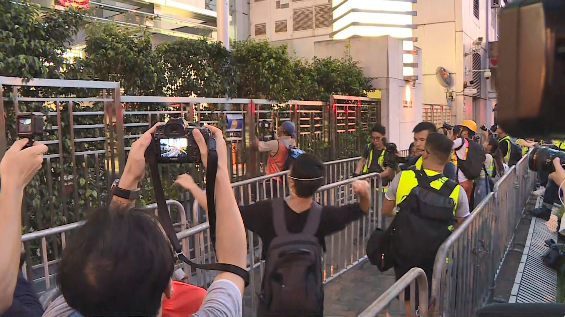 反修例示威者一度聚集中聯辦外有人塗污國徽