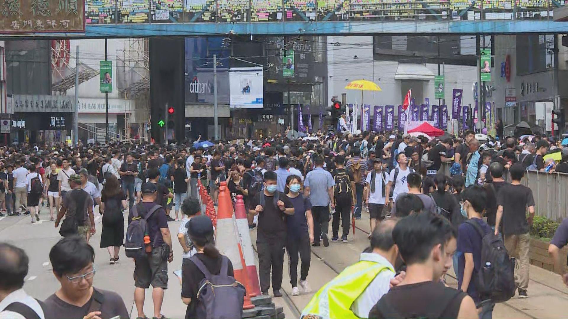 【民陣遊行】遊行隊伍出發 大批市民在中途插隊