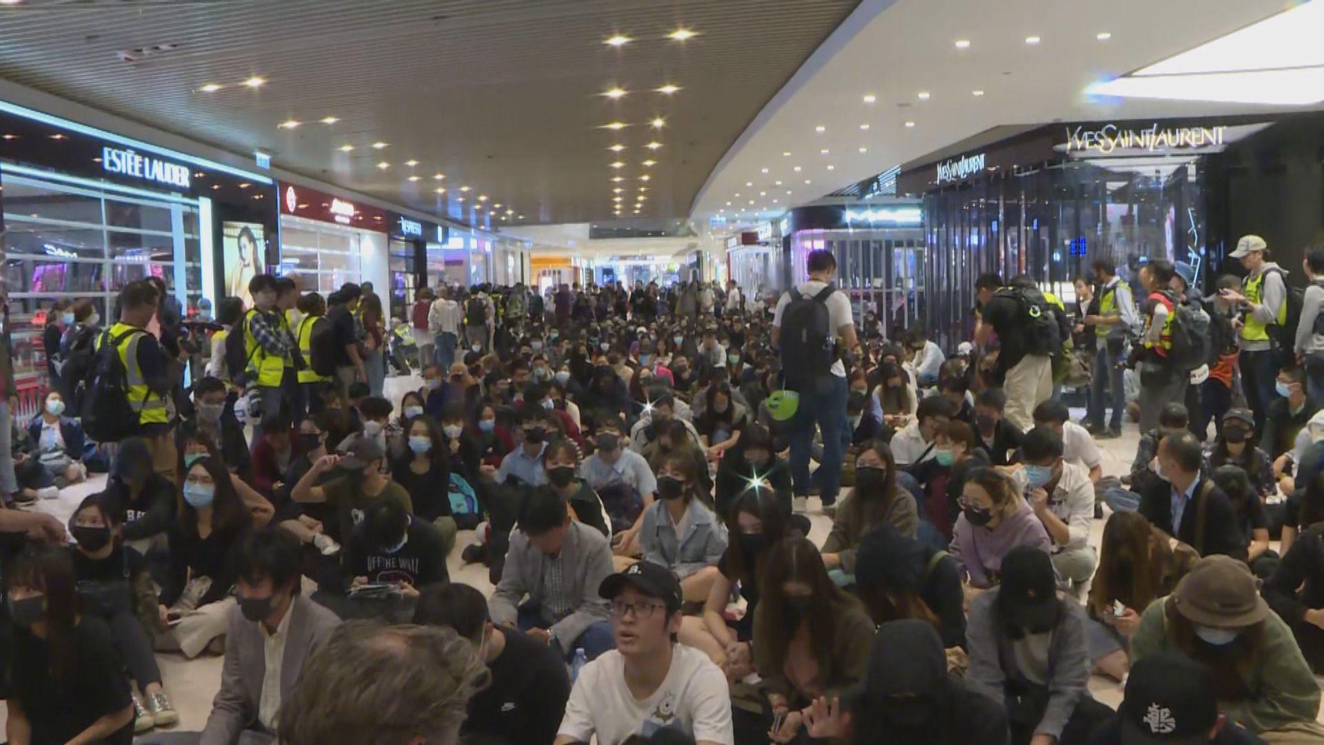 721四個月 過百人在元朗商場聚集抗議