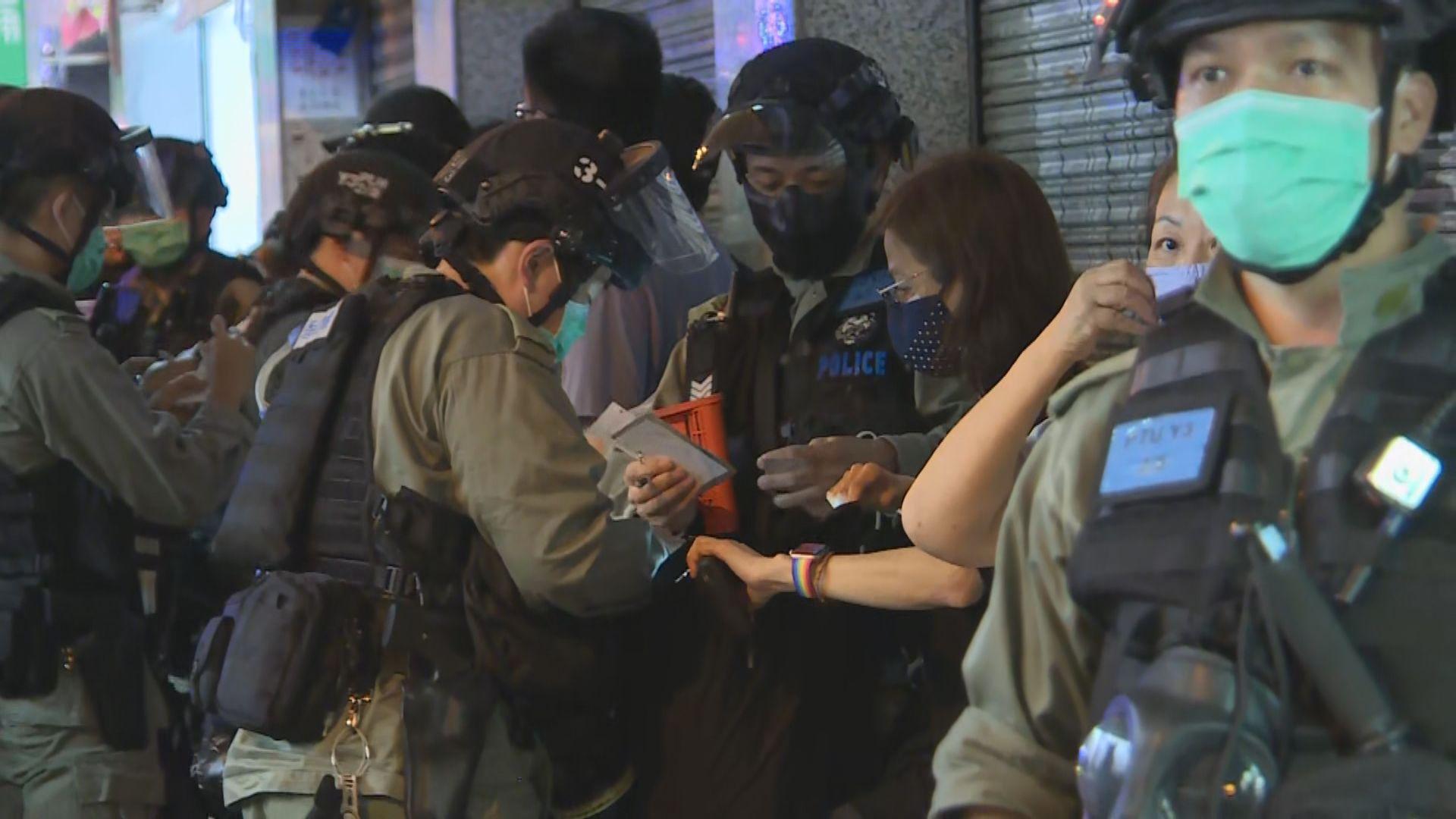 防暴警察在太子站戒備並截查在場人士