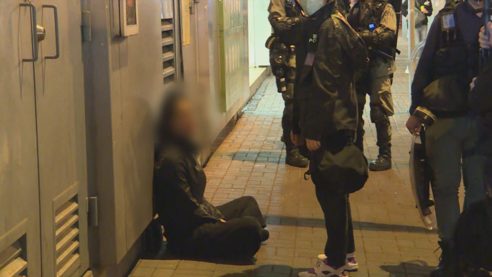 【831半周年】警方旺角一帶截查多名黑衣人 有人被制服帶走