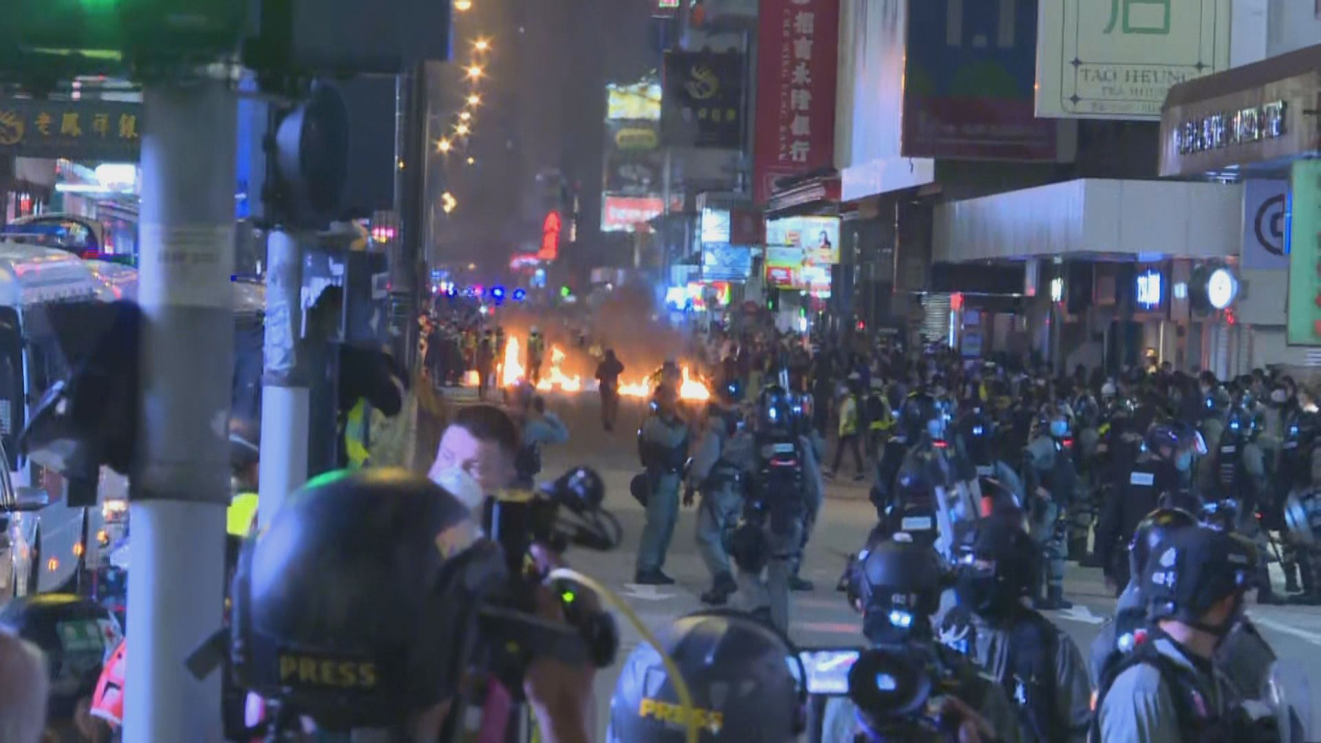 旺角有人堵路及擲汽油彈 警施放催淚彈