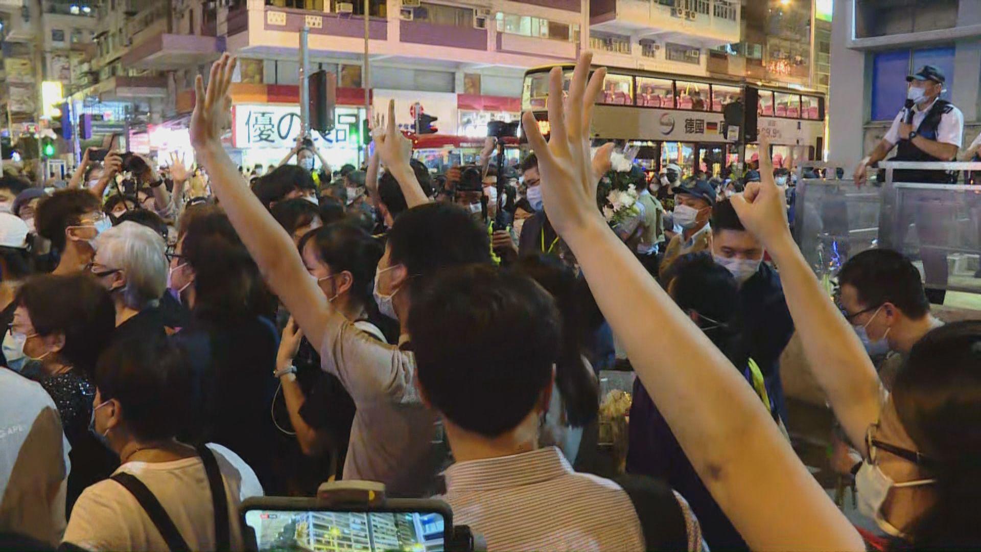 【831一周年】市民太子站外獻花 警先後舉藍旗紫旗