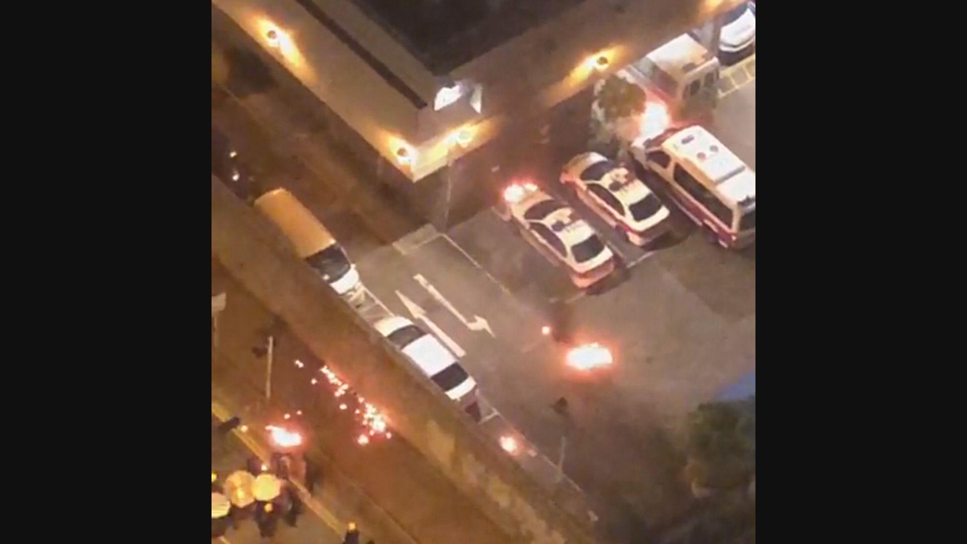 有示威者把燃燒中物品拋入葵涌警署
