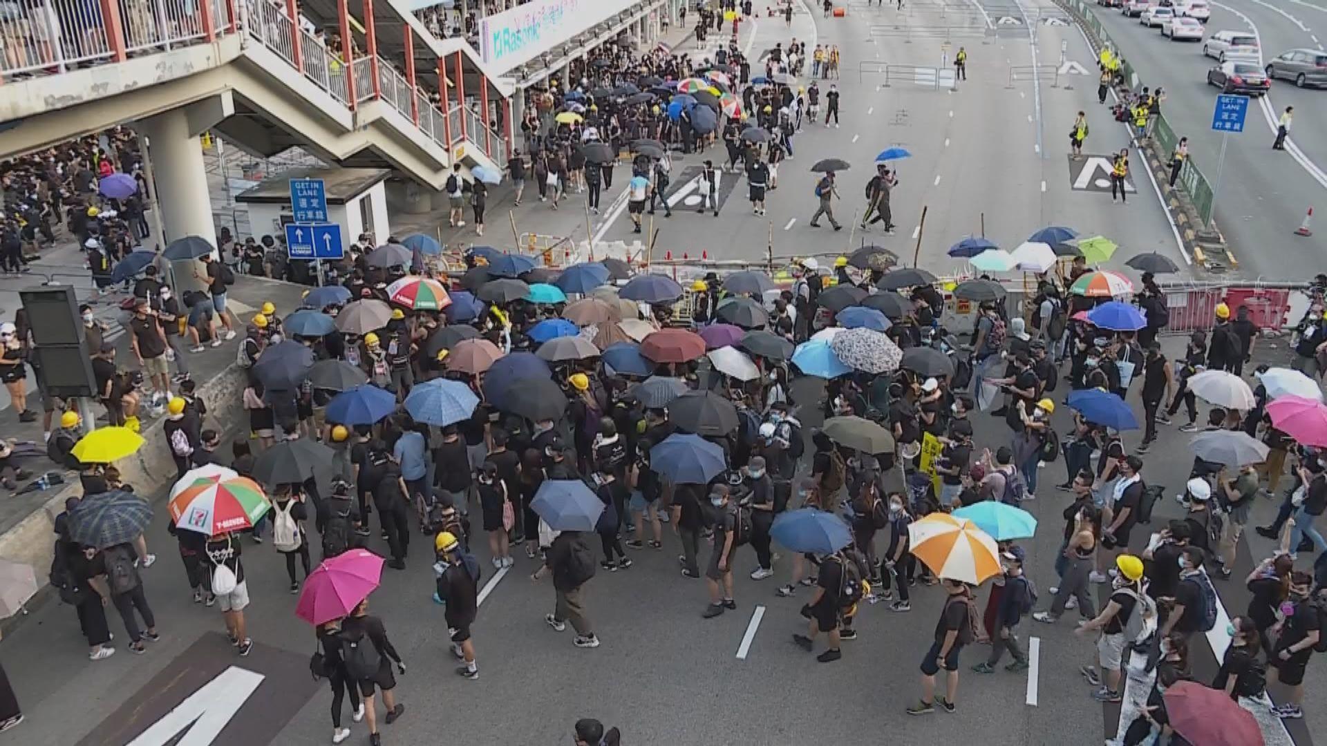 示威者尖沙咀警署外集結 部分人堵塞紅隧