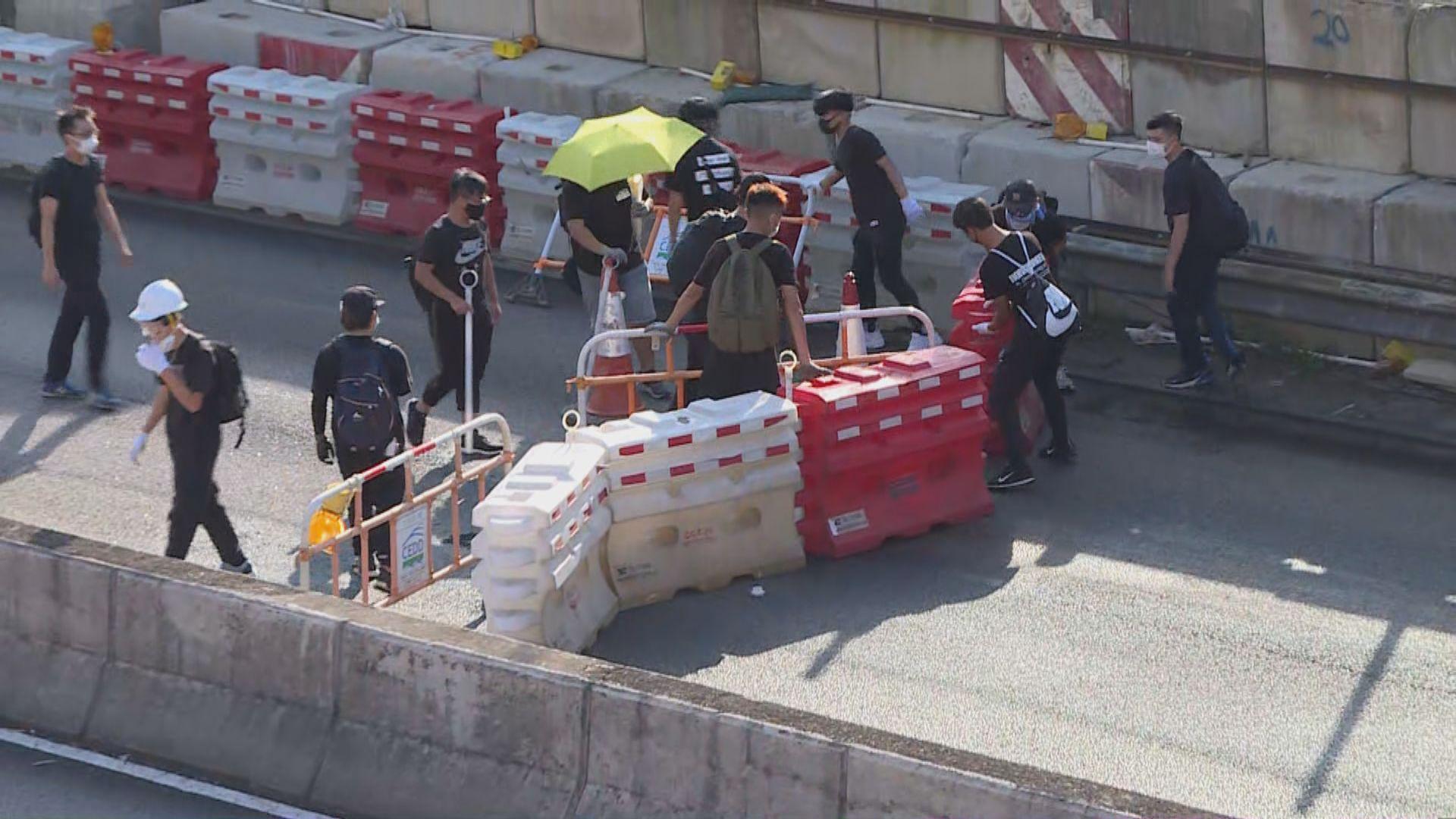 沙田示威者搬路障堵大埔公路等道路
