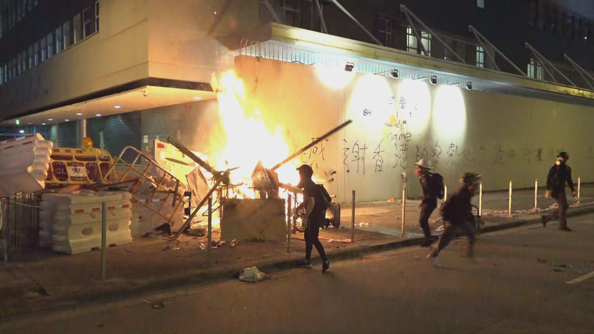 沙田示威者於沙田警署外縱火