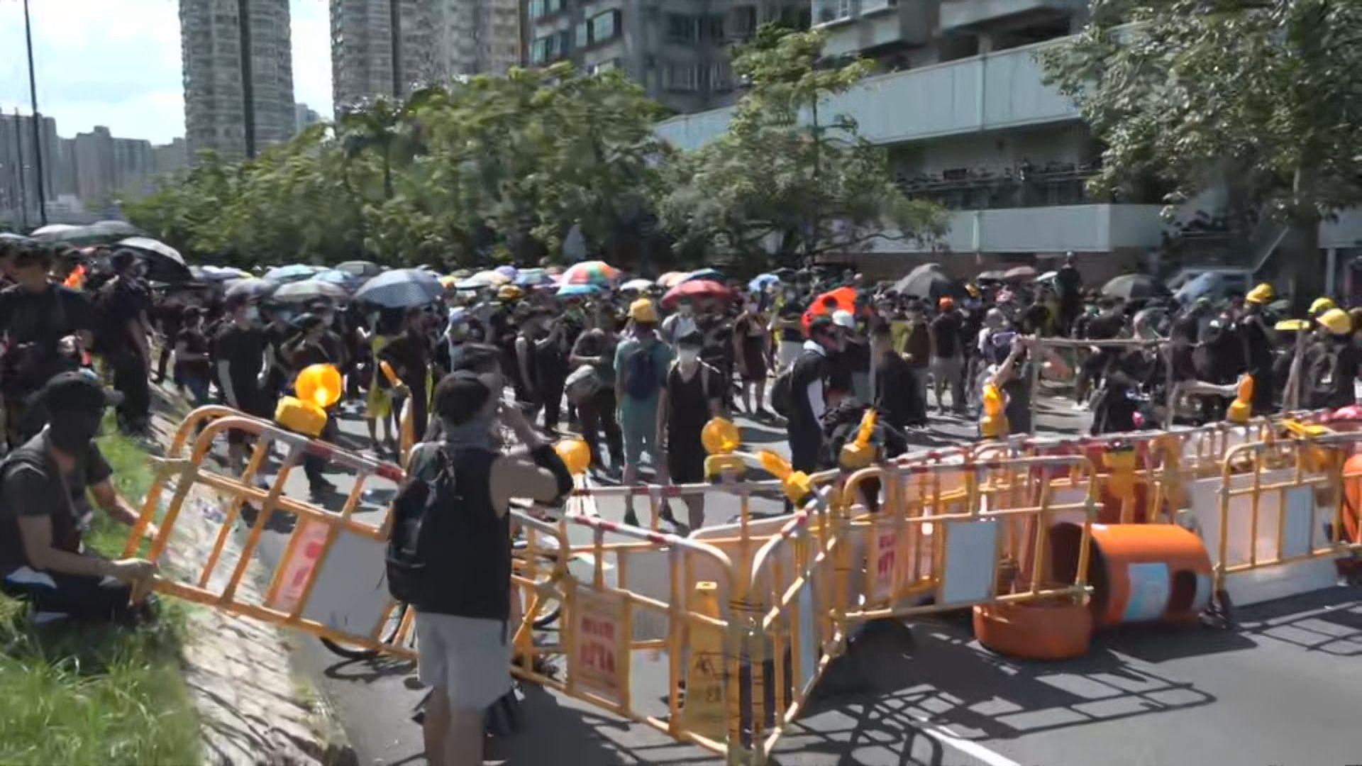 示威者堵塞近大埔警署外太和路與警方對峙