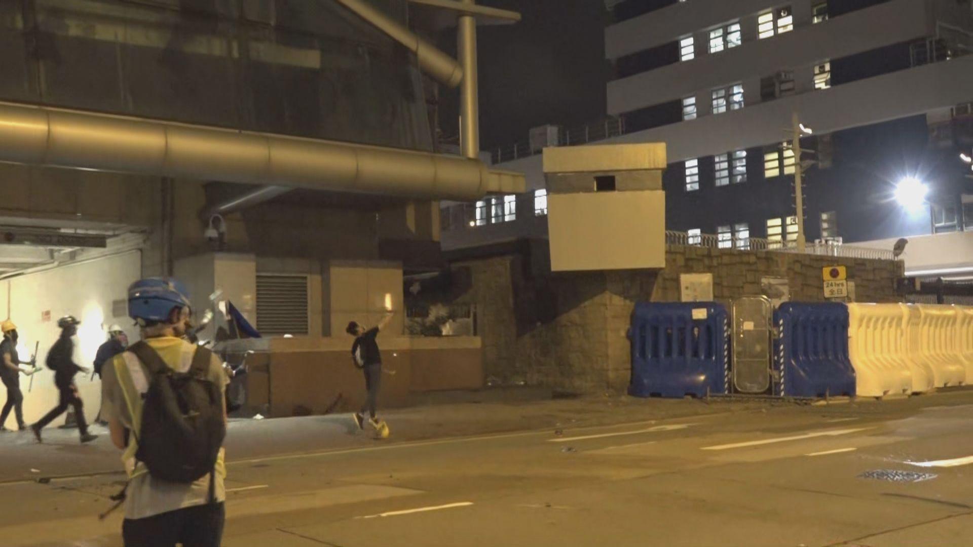 示威者快閃包圍北角警署 不足半小時離開