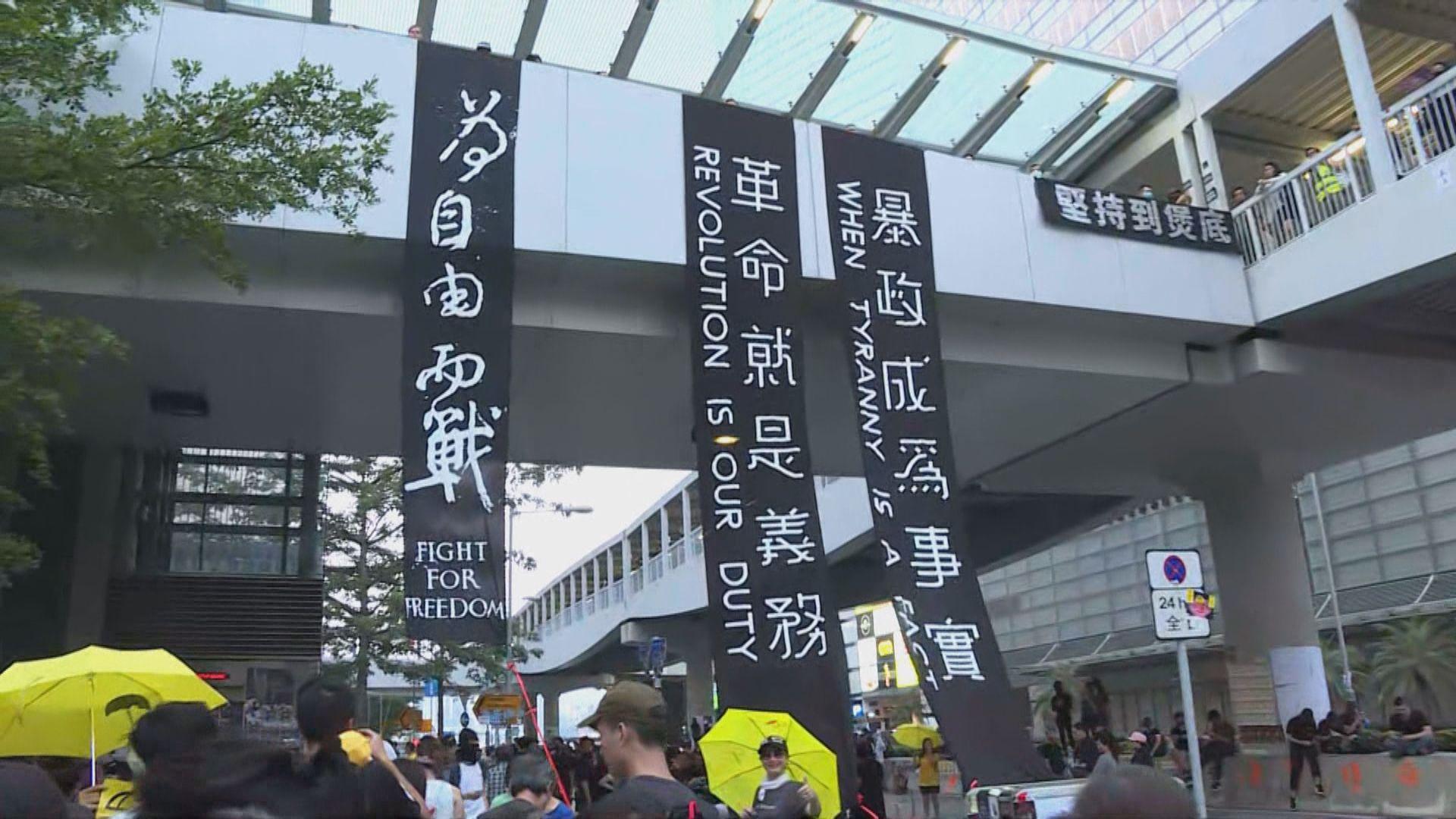 市民於政總行人天橋貼滿海報及標語