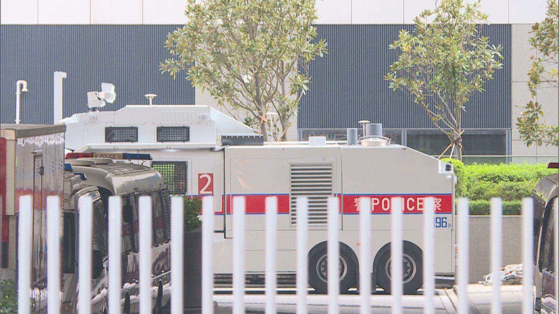 政府總部內有多架警車及水炮車戒備
